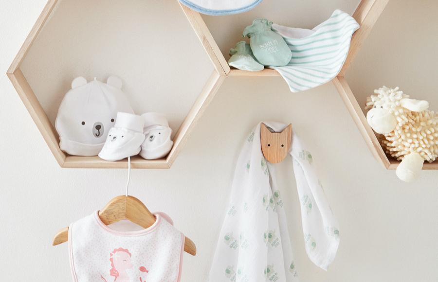 Auswahl an kuschlig, warmer Babykleidung