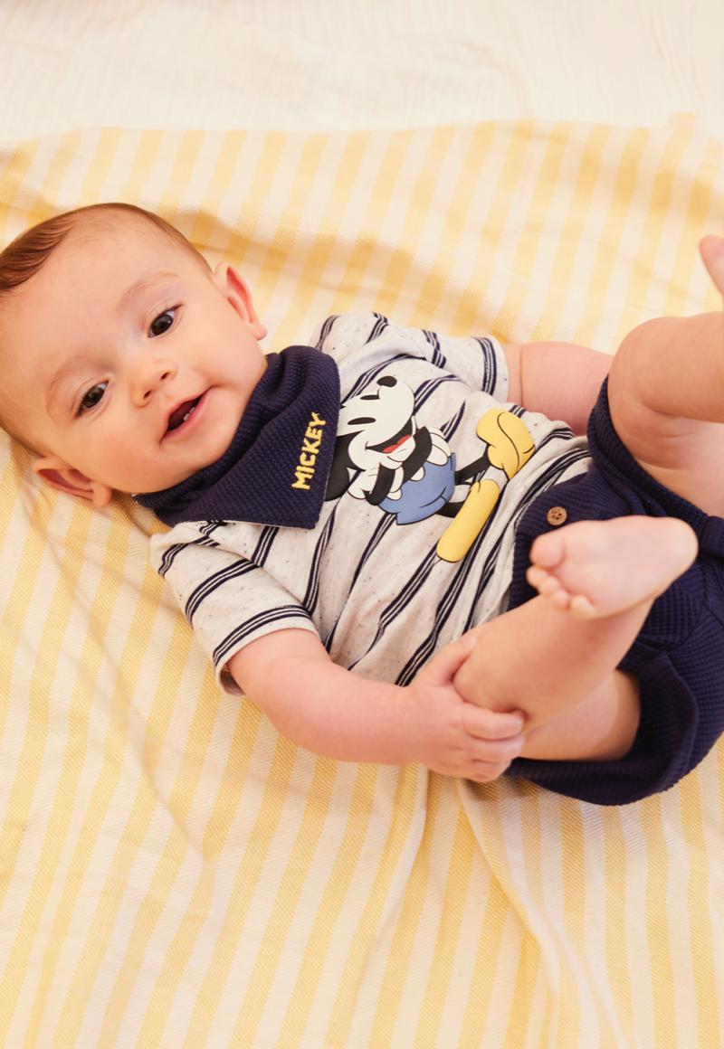 Un jeune enfant qui porte des vêtements pour bébé avec d'adorables imprimés en rose